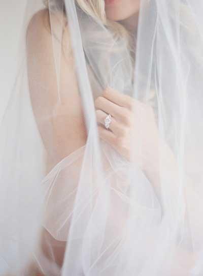 Bridal boudoir met sluier