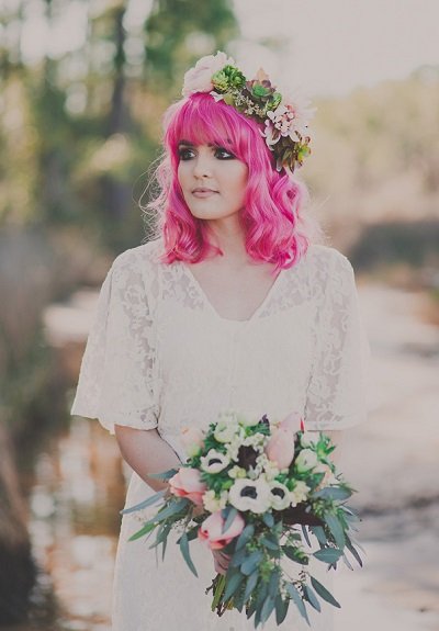Bruid met roze gekleurd haar