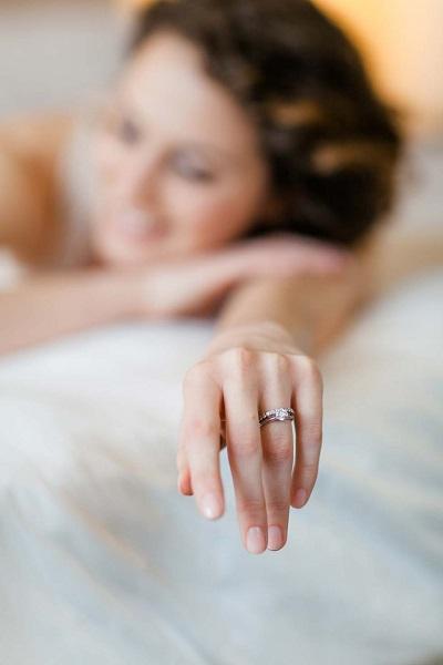 Bruid met trouwring en verlovingsring