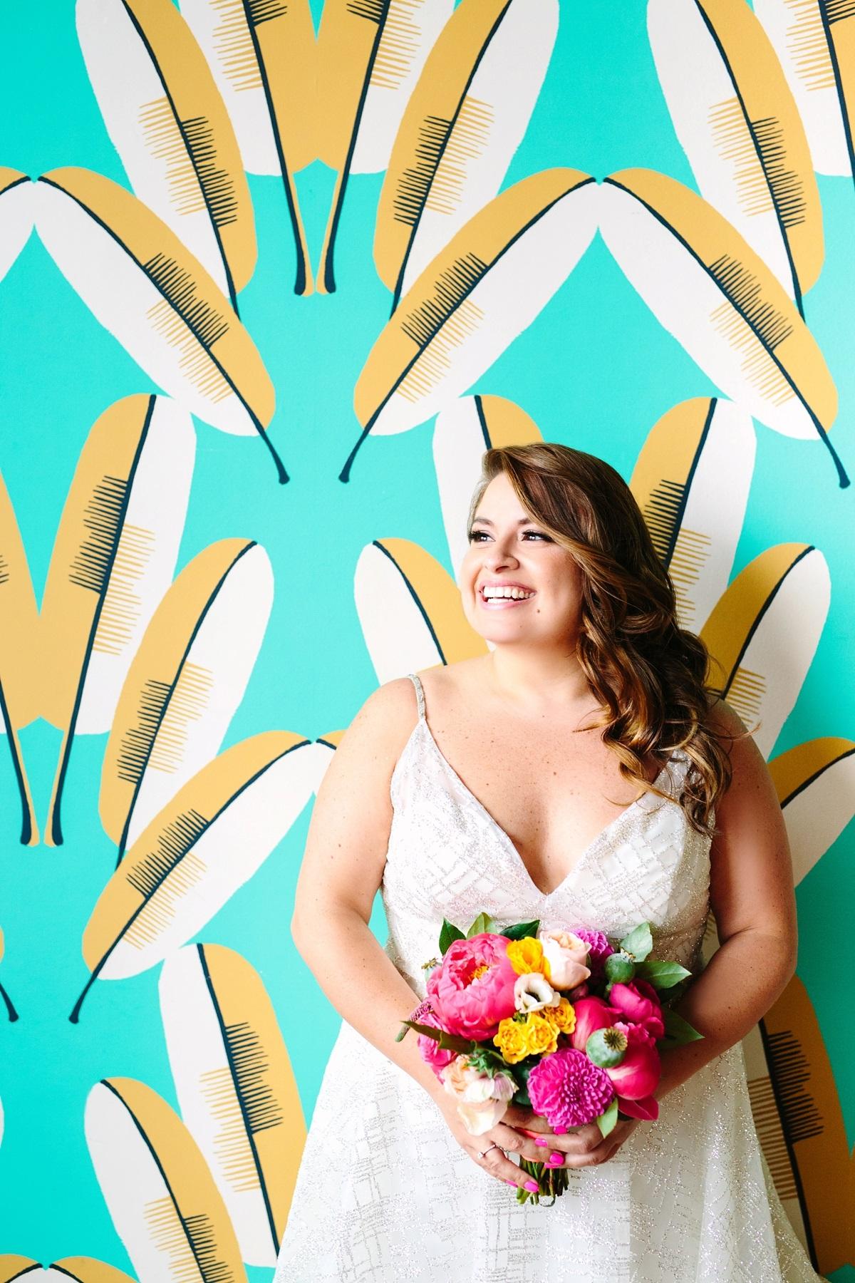 Plus size bruid voor opvallende muur