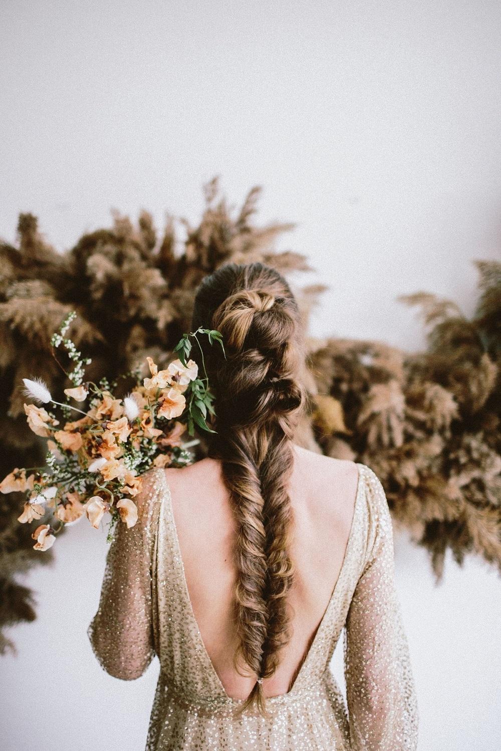 Bruid met lange vlecht als bruidskapsel