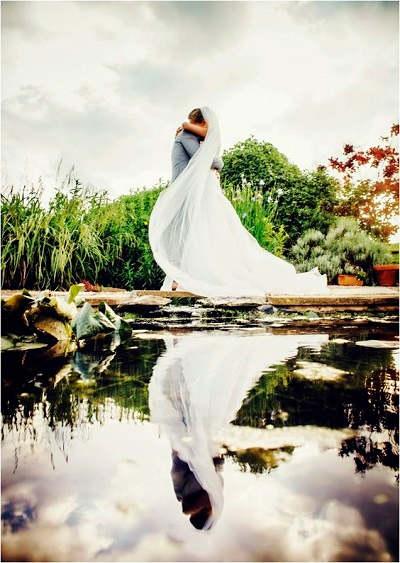 Trouwfoto met reflectie in het water