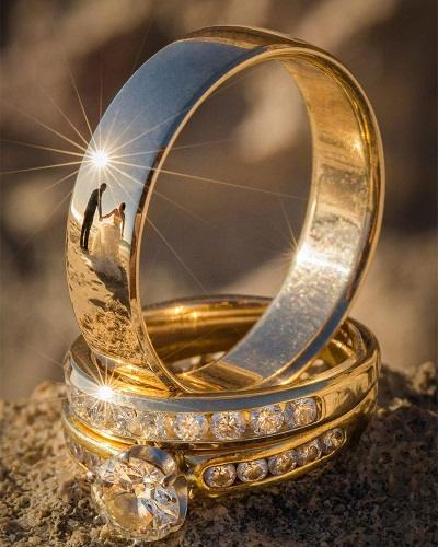 Trouwfoto met reflectie via ringen