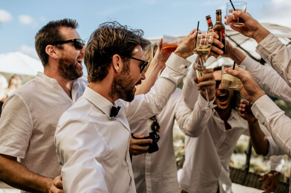 Bruidegom proost met zijn vrienden