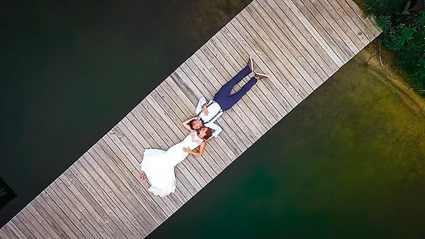 Bruidspaar gefotografeerd met drone