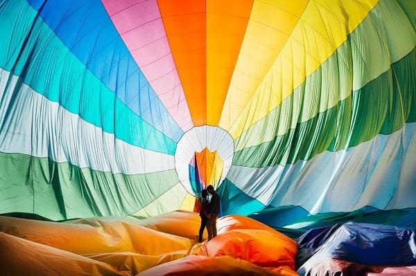 Verlovingsfoto in een luchtballon