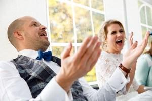 Bruidspaar moet lachen om bruiloft stukjes
