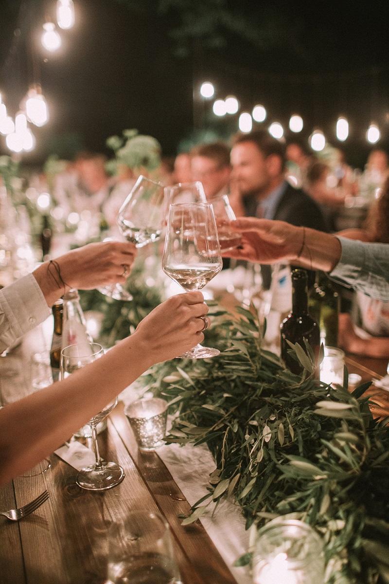 Wijn drinken tijdens bruiloft