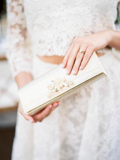 Bruid met clutch in handen