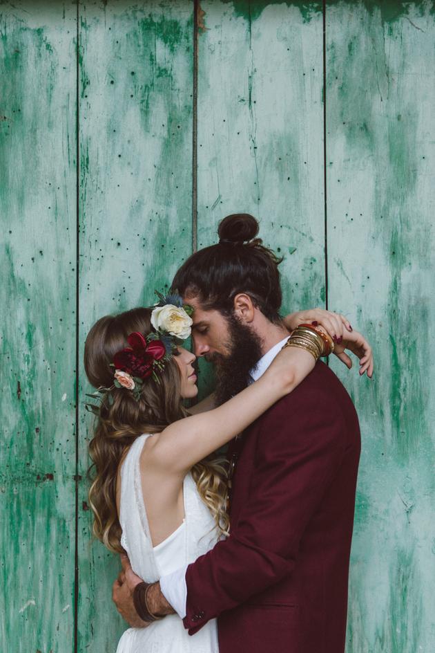 Bruidspaar tijdens de fotoshoot voor een groene deur