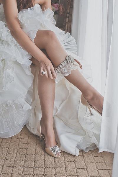Kousenband omdoen getting ready bruid
