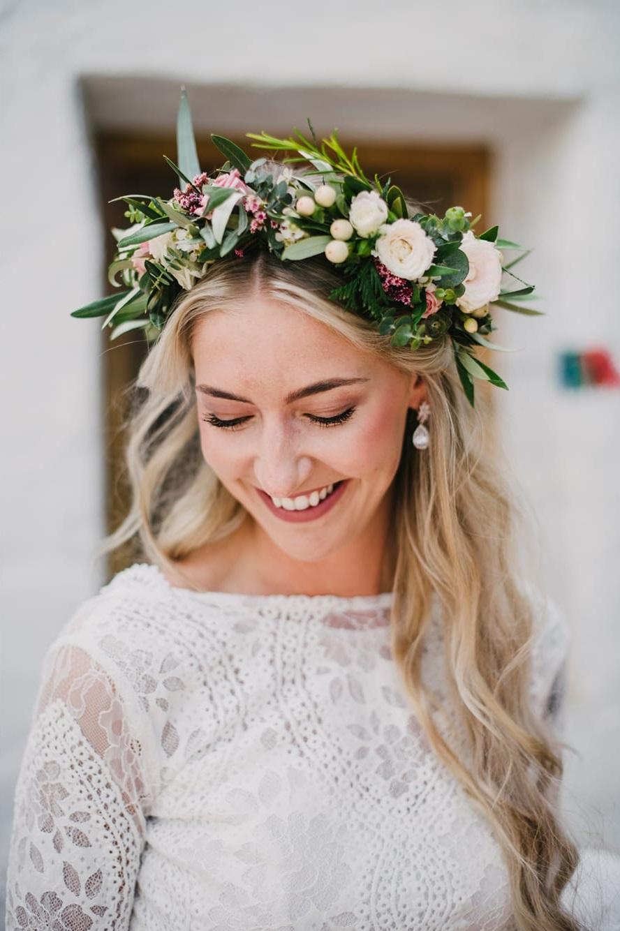 Bruid met bloemenkrans in het haar