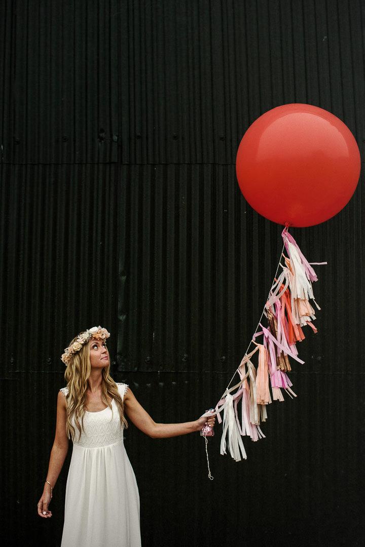 Bruid met grote ballon als alternatief bruidsboeket