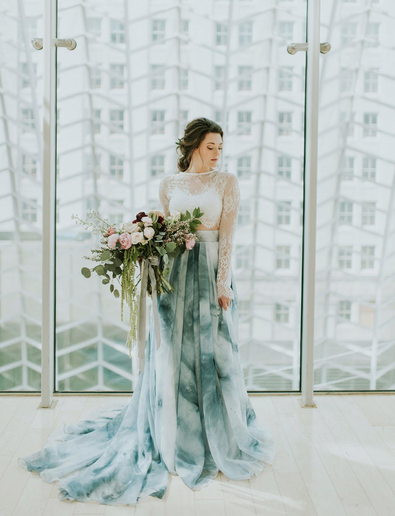 Bruid met blauwe trouwjurk