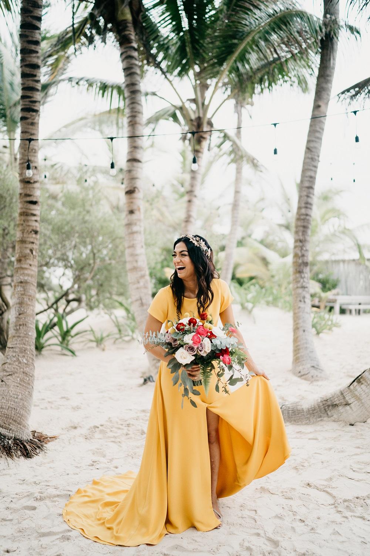 Bruid in gele bruidsjurk