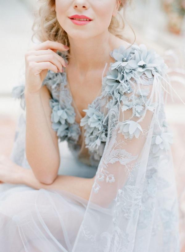 Blauwe bruidsjurk met bloemen