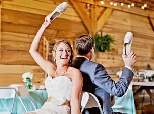 Bruidspaar speelt Mr & Mrs spel