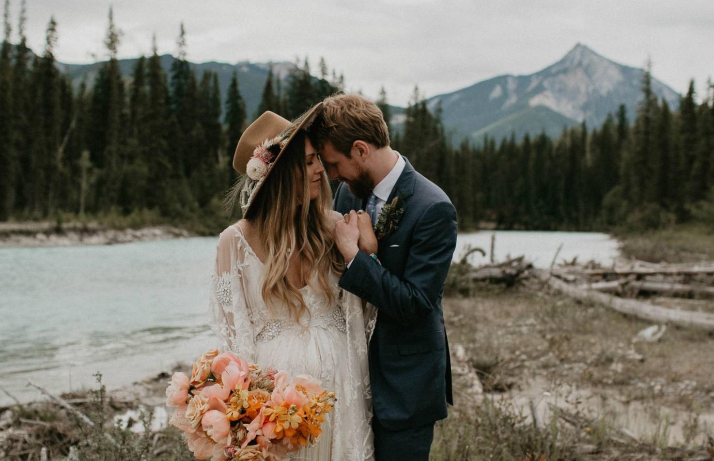 Bohemian bruidspaar in de bergen
