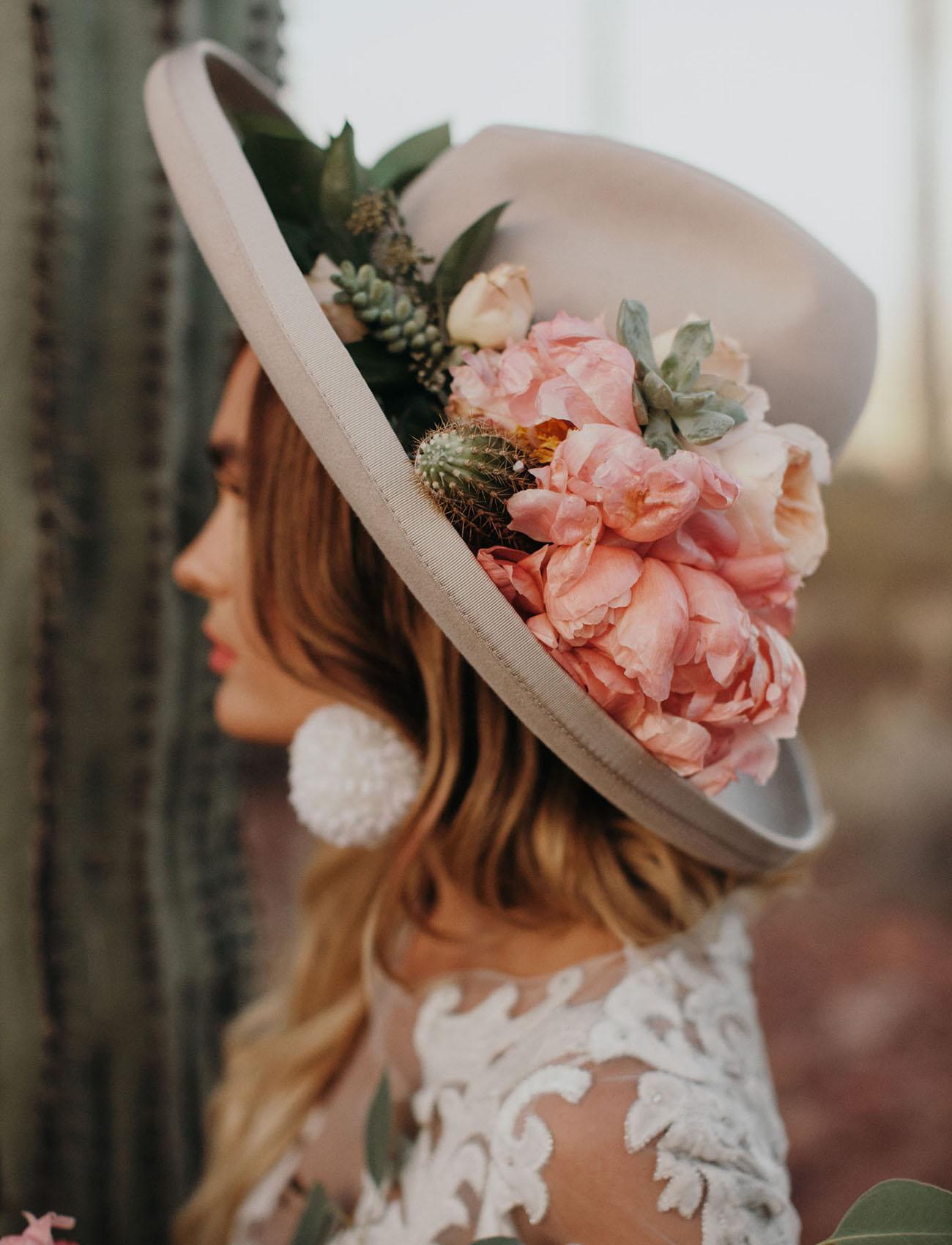 Bruiloft hoed met bloemen