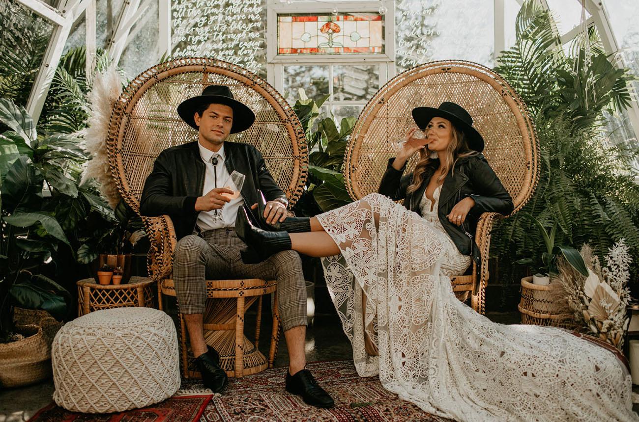 Bruidspaar met zwarte hoed op