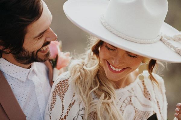 Bruid met witte hoed
