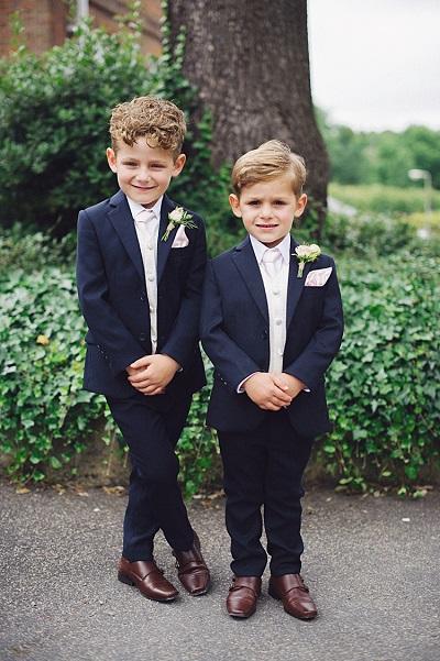 Kleine mannen in pak