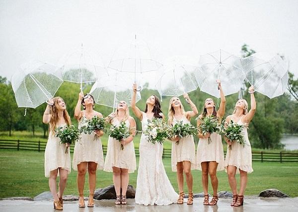 Bruidsmeisjes met transparante paraplu´s