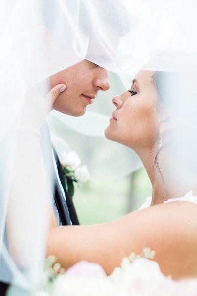 Bruid en bruidegom onder sluier
