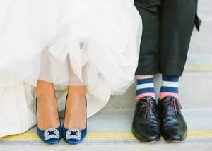 Bruidegom met streepjes sokken