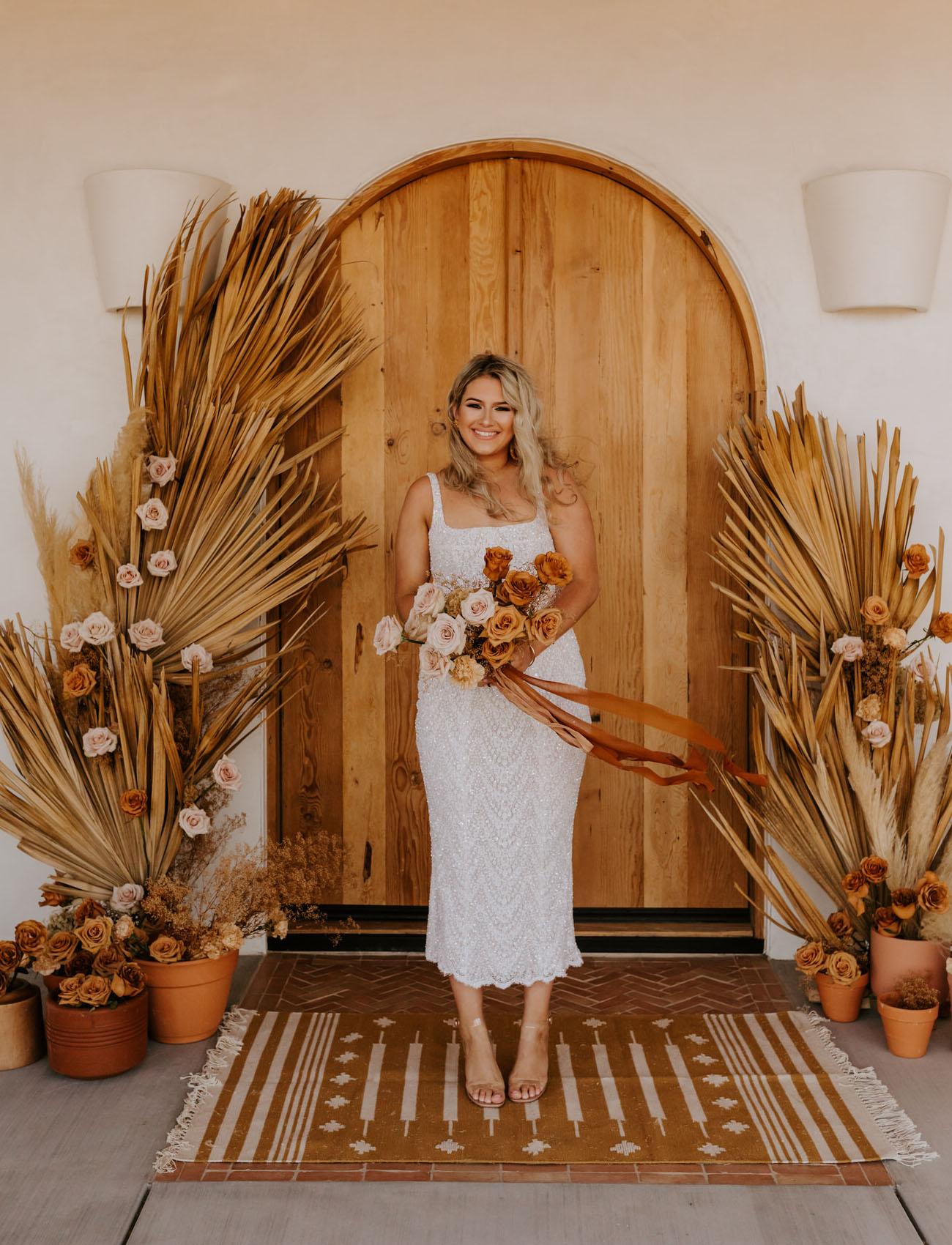 Bruid in een bohemian trouwjurk met bruidsboeket
