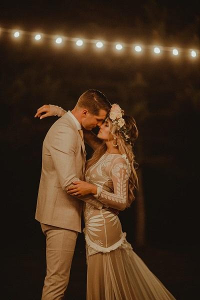 Bohemian bruid tijdens dans