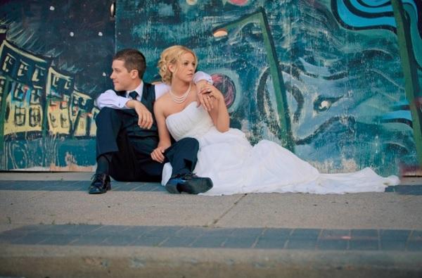 Bruidspaar voor blauwe graffiti muur
