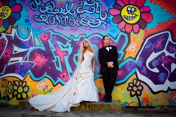 Bruidspaar voor graffiti muur