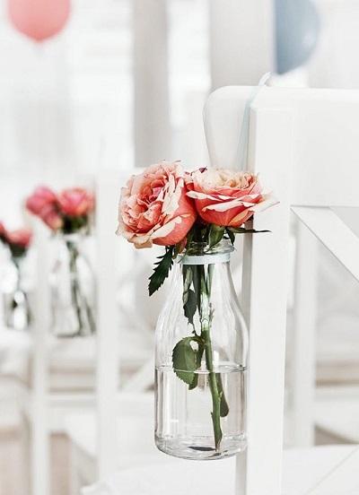 Stoeldecoratie rozen in kleine vaasjes