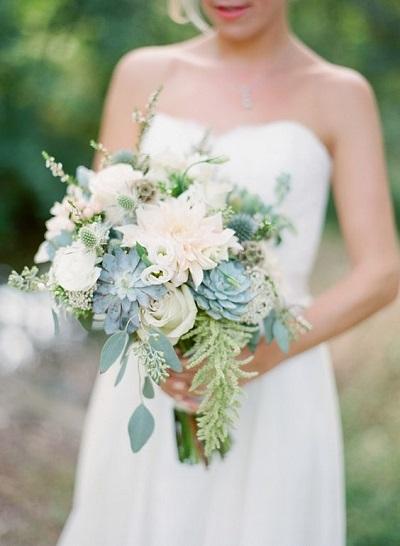 Bruidsboeket met vetplantjes in lichte tinten