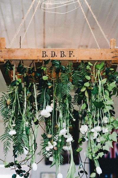 Hangende bloemen aan houten kratje