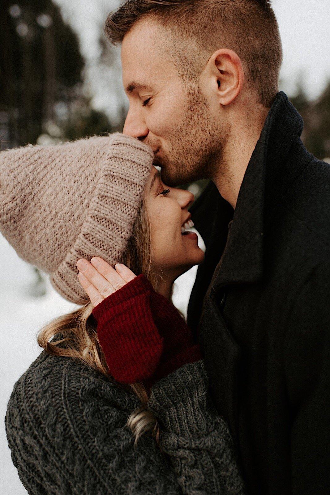 Verloofd stel in de sneeuw