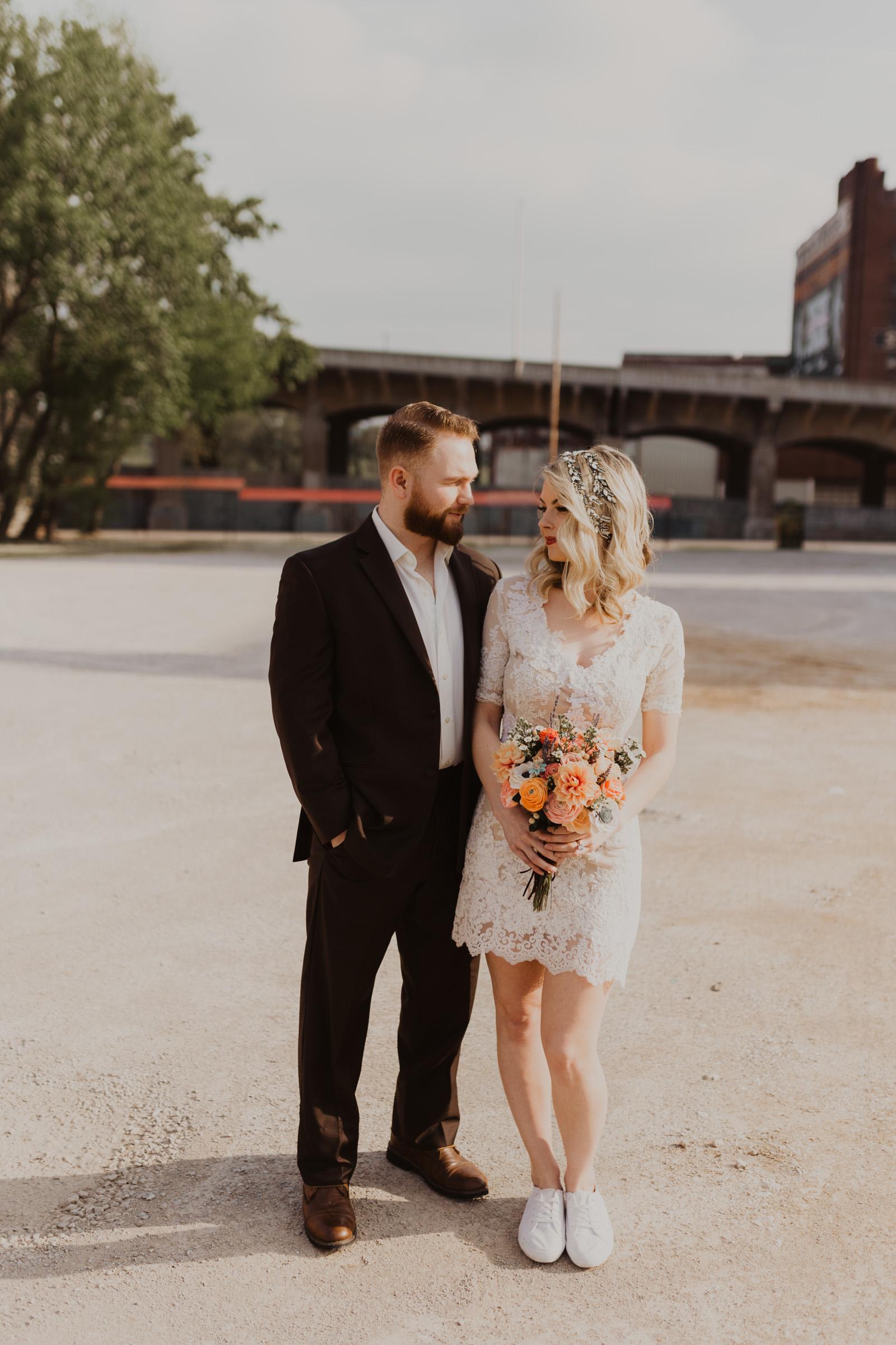 Bruid met korte trouwjurk