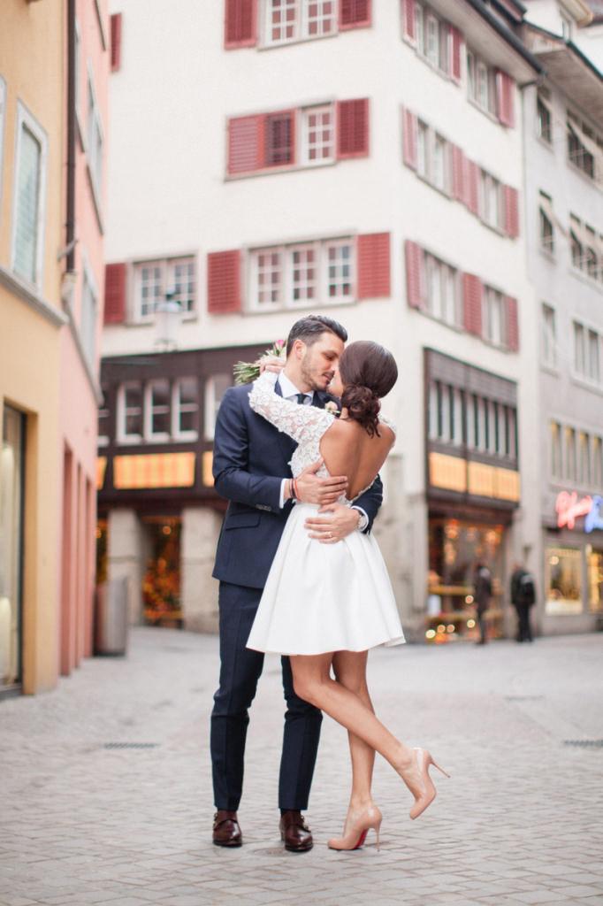 Bruid met korte bruidsjurk