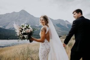 Bruid met sexy trouwjurk