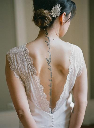 Bruid met tatoeages op rug