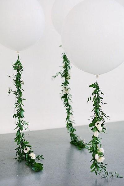 Bruiloft decoratie heliumballonnen met bloemenslingers