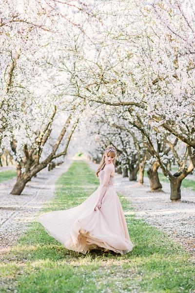 Bruid tussen de bloesembomen