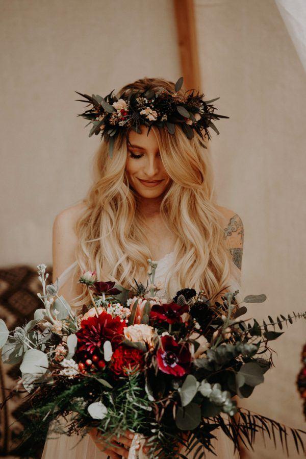 Bruid met bloemenkrans in haar haar