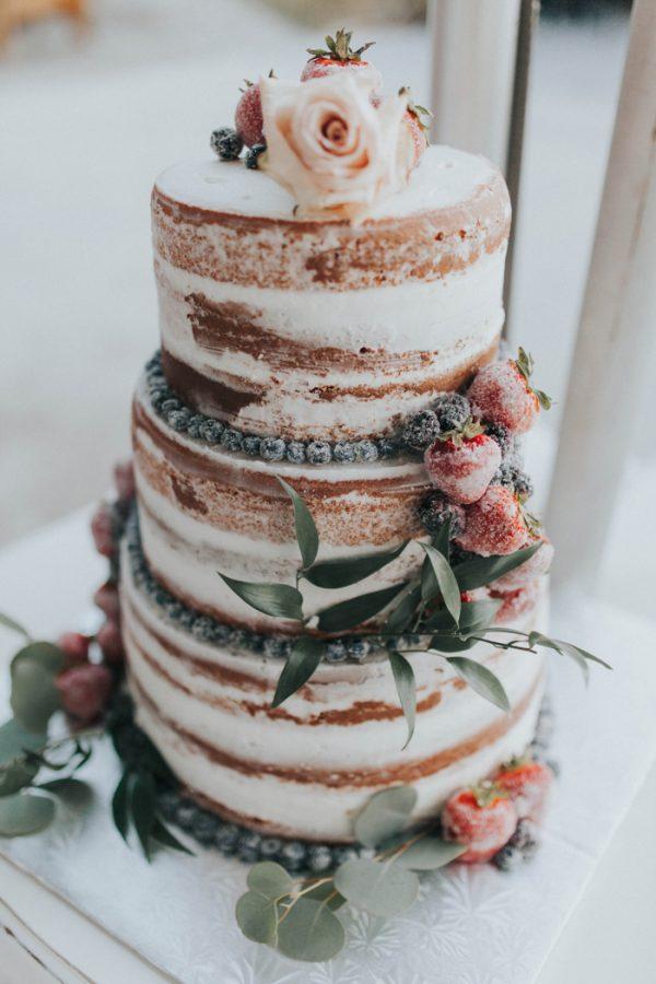 Naakte taart met bloemen en fruit