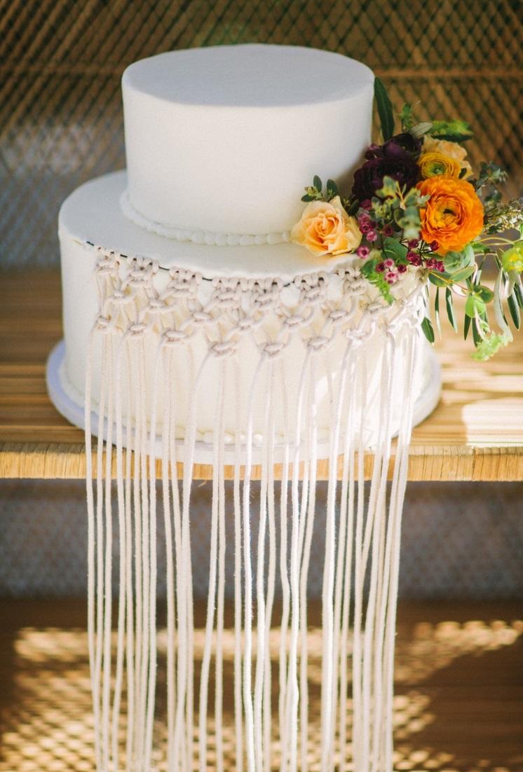 Witte bruidtaart met bohemian decoratie