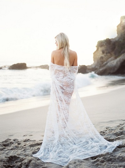 Bridal boudoir fotoshoot op het strand