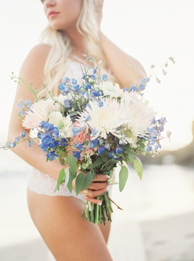 Bridal boudoir fotoshoot met bruidsboeket