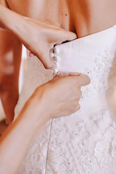 Aantrekken trouwjurk