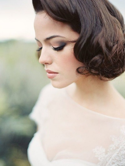 Bruid met kort, golvend haar